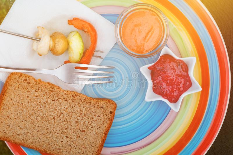 涮制菜肴用被分类的求立方的新鲜的肉和菜在套色板 免版税图库摄影