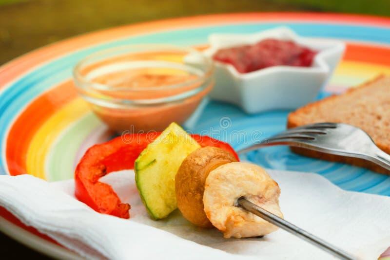 涮制菜肴用被分类的求立方的新鲜的肉和菜在套色板 库存图片
