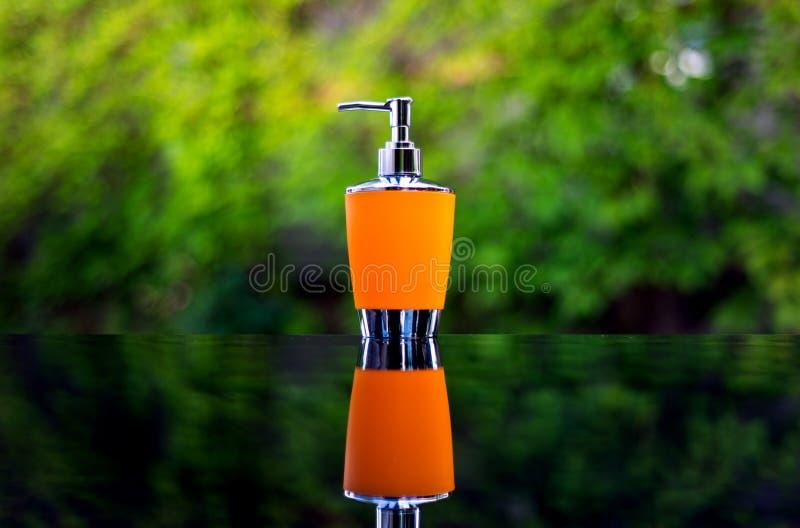 液体皂的分配器在桌上 免版税库存图片