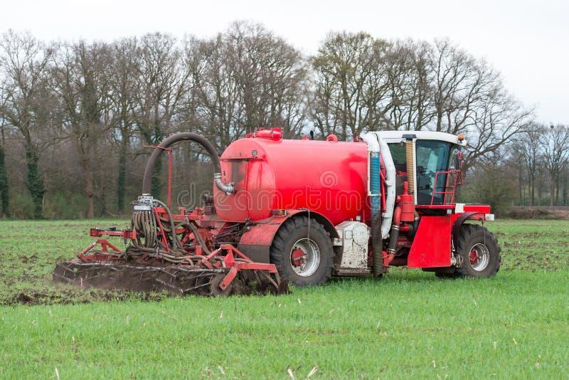 液体肥料的射入与可耕的撒肥机的 免版税图库摄影