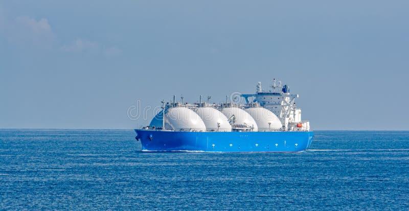 液化天然气罐车通过新加坡海峡 免版税图库摄影