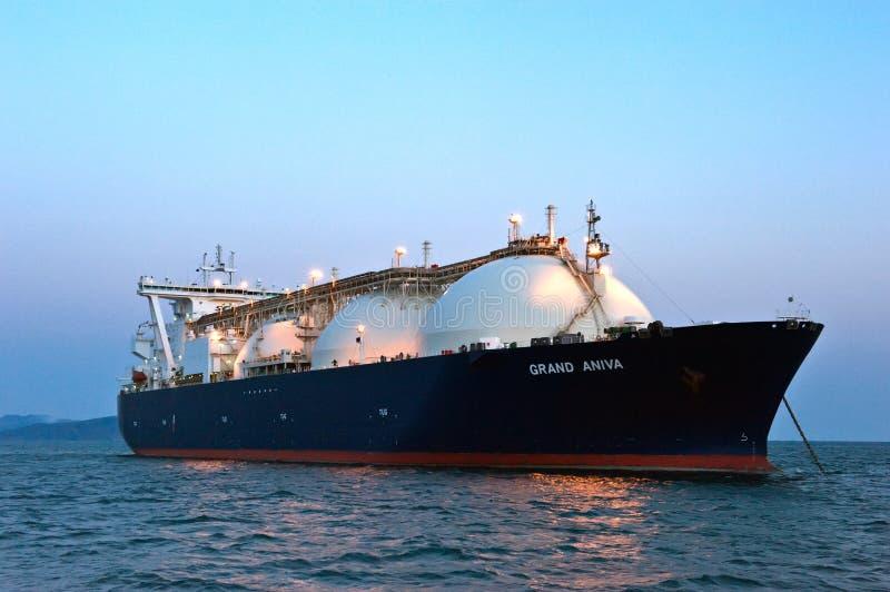 液化天然气载体在日落的盛大Aniva在不冻港港的路  俄国的远东 东部(日本)海 31 03 2014年 免版税库存图片