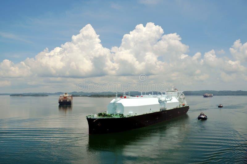 液化天然气运输通过巴拿马运河的邮轮船 库存图片