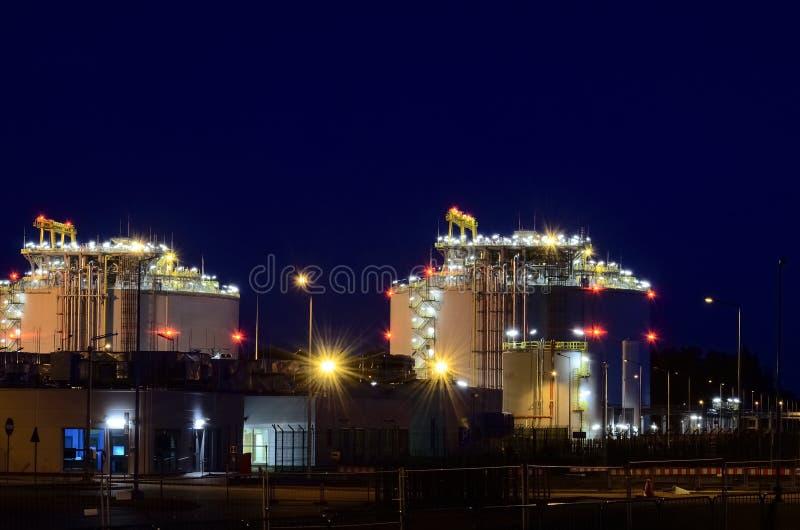 液化天然气终端在晚上 图库摄影