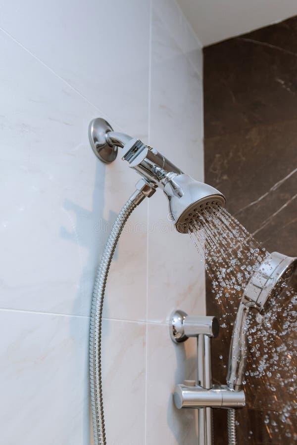 淋浴喷头在有水下落流动的卫生间里 免版税库存图片