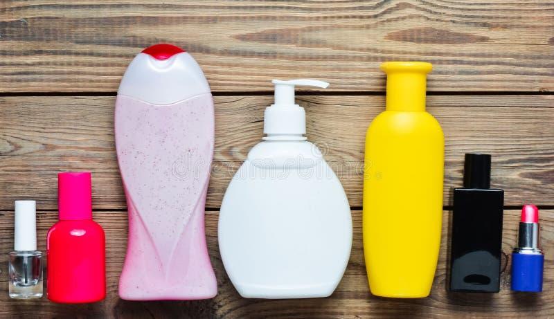 淋浴的产品在瓶和women& x27; 在一张木桌上的s化妆用品 私有的关心 卫生学和秀丽的对象 库存图片