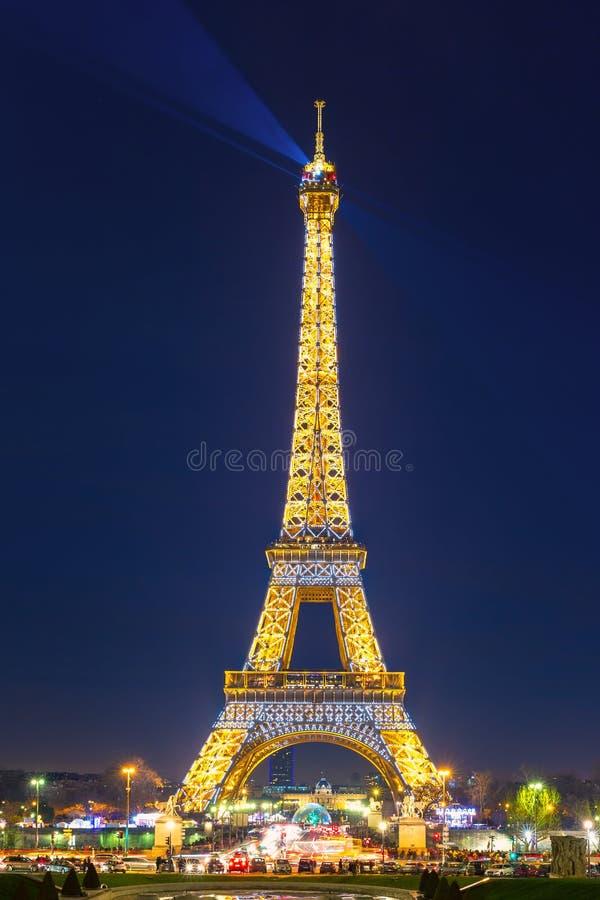 淡光的艾菲尔铁塔在晚上在巴黎,法国 库存图片