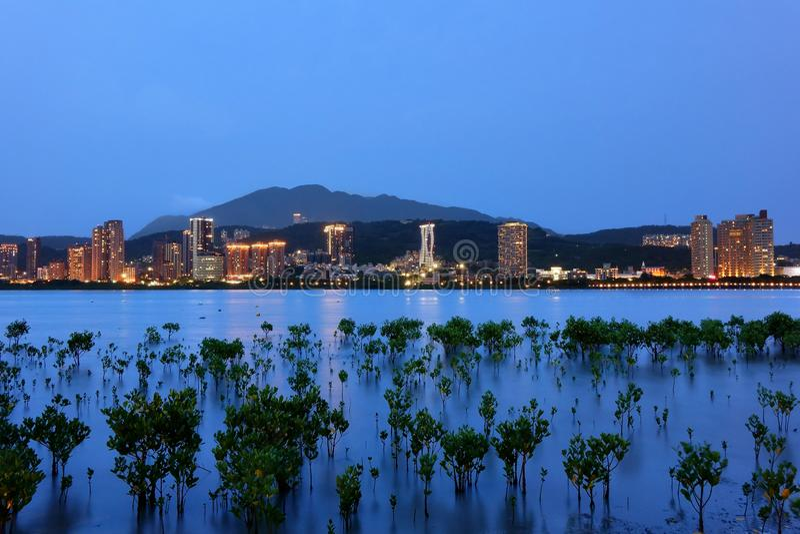 淡水厅都市风景的夜视图在巴厘岛河岸的 免版税库存照片