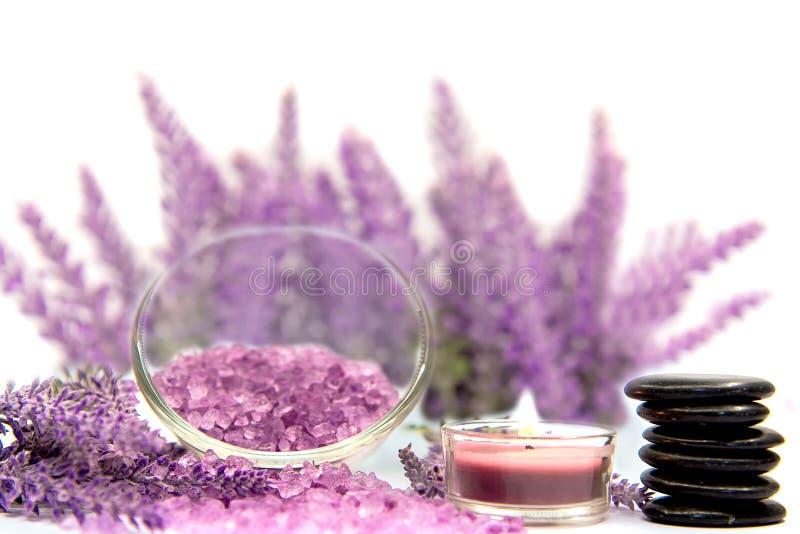 淡紫色与蜡烛的芳香疗法温泉 泰国温泉放松治疗和按摩白色背景 库存照片