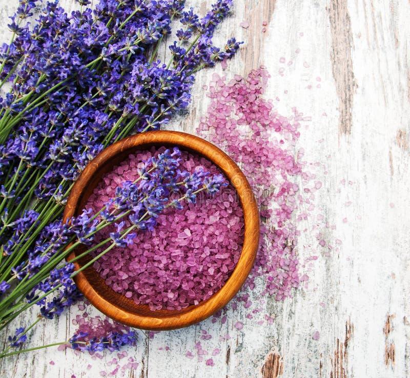 淡紫色和按摩盐 免版税库存照片