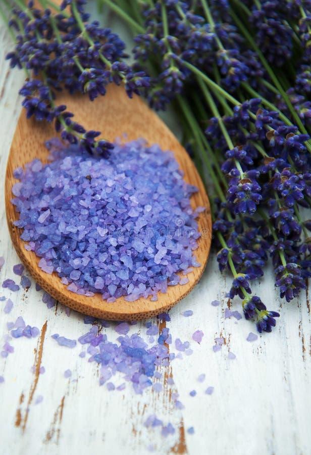 淡紫色和按摩盐 免版税库存图片