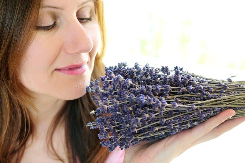 淡紫色嗅到的妇女 免版税图库摄影
