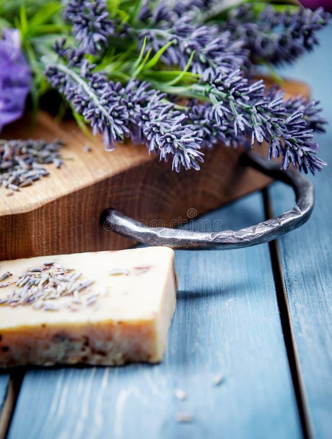 淡紫色温泉设置 与淡紫色产品的健康题材 免版税库存图片