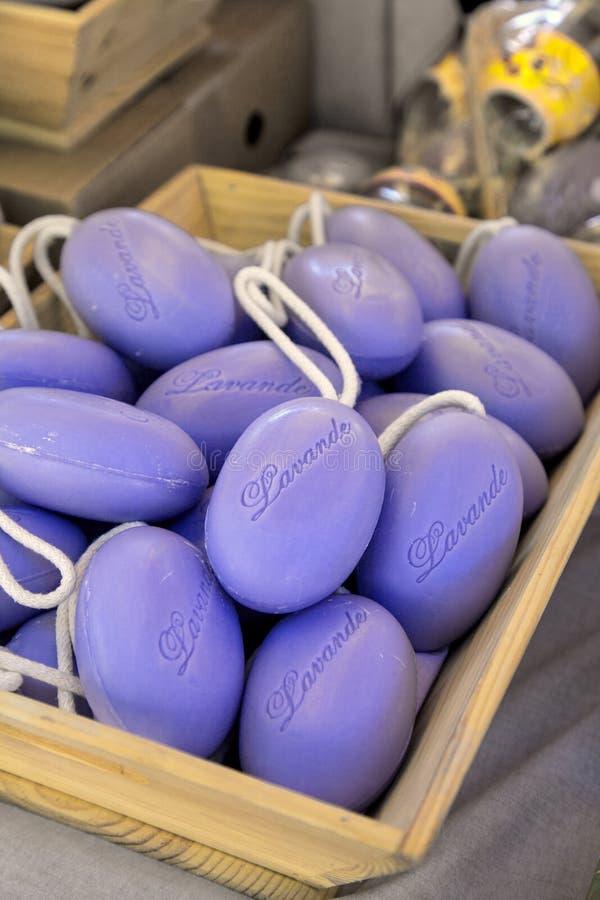 淡紫色肥皂在策划者市场上在普罗旺斯 免版税库存图片