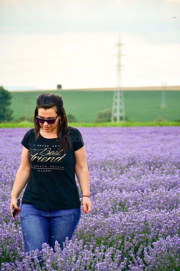 淡紫色领域的妇女 免版税图库摄影