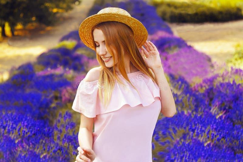 淡紫色领域的美丽的女孩 淡紫色领域的美丽的妇女在日落 软绵绵地集中 法国普罗旺斯 微笑 库存照片