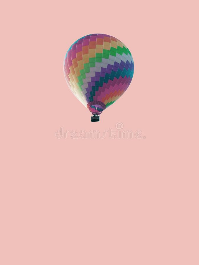 淡色五颜六色的气球孤立桃红色淡色纹理背景 免版税库存照片