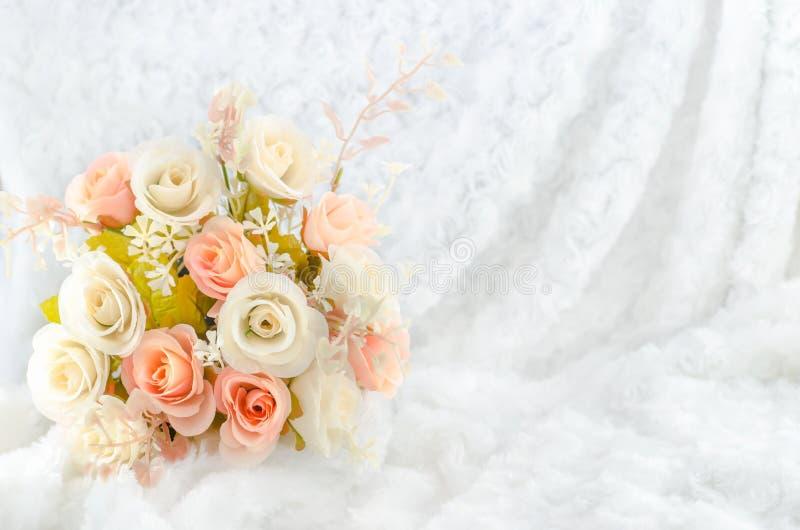 淡色人为桃红色罗斯开花婚姻的新娘花束 库存照片