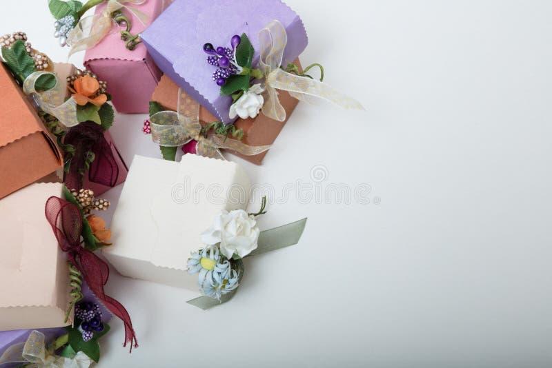 淡色包装有丝带和花的结婚礼物箱子 图库摄影