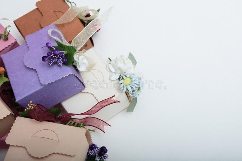 淡色包装有丝带和花的结婚礼物箱子 库存照片