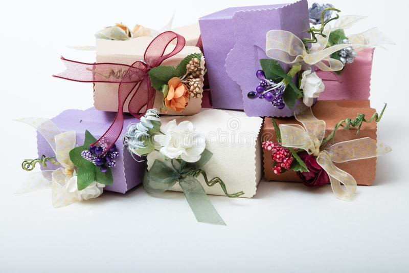 淡色包装有丝带和flowe的bithday礼物盒 免版税库存图片