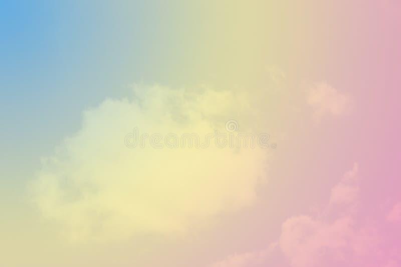 淡色彩虹云彩背景 免版税库存图片
