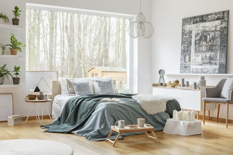 淡色温暖的卧室内部 免版税图库摄影