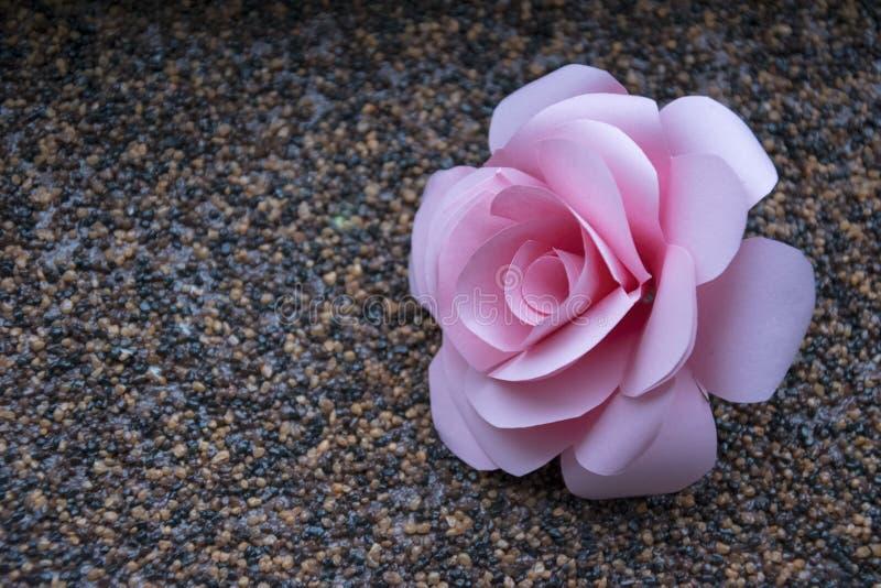 淡色纸玫瑰色墙纸 婚礼或情人节装饰有桃红色花背景 免版税库存照片