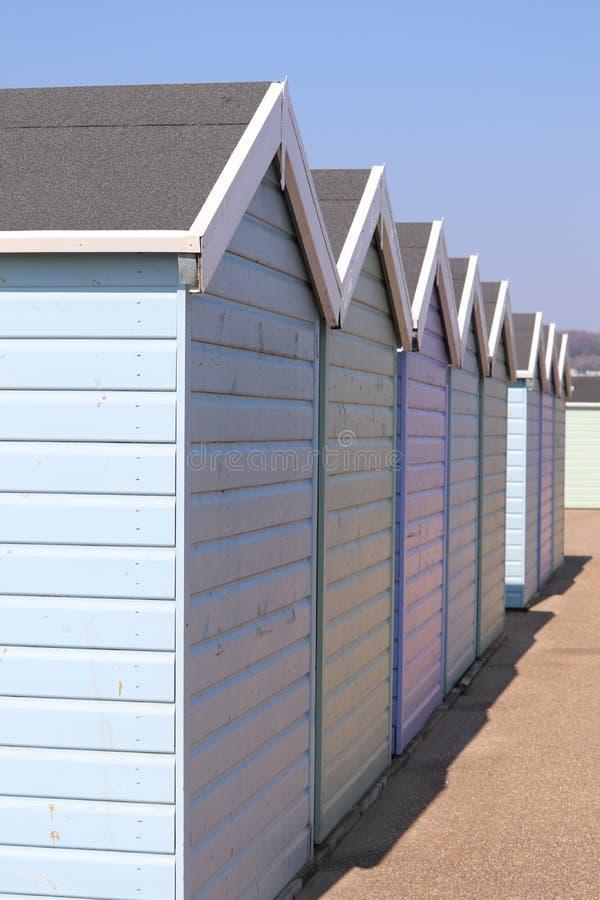 淡色绘了在英国的海岸的海滩小屋 免版税库存照片