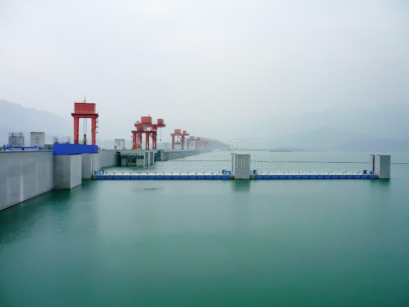 淡色绿色平静的视域在三峡大坝的有雾的天在沿长江的中国 图库摄影