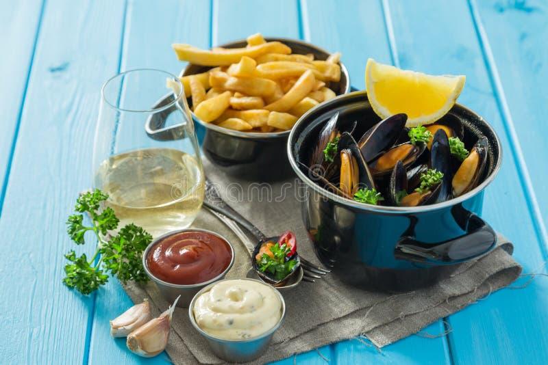 淡菜供食用炸薯条和酒 免版税库存照片