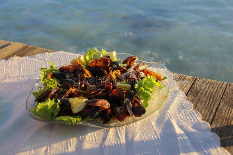 淡菜和虾在海鲜餐馆 库存图片