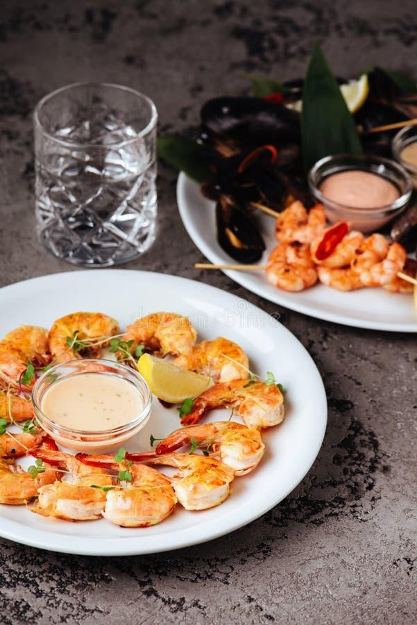 淡菜和虾在石桌上 免版税库存图片