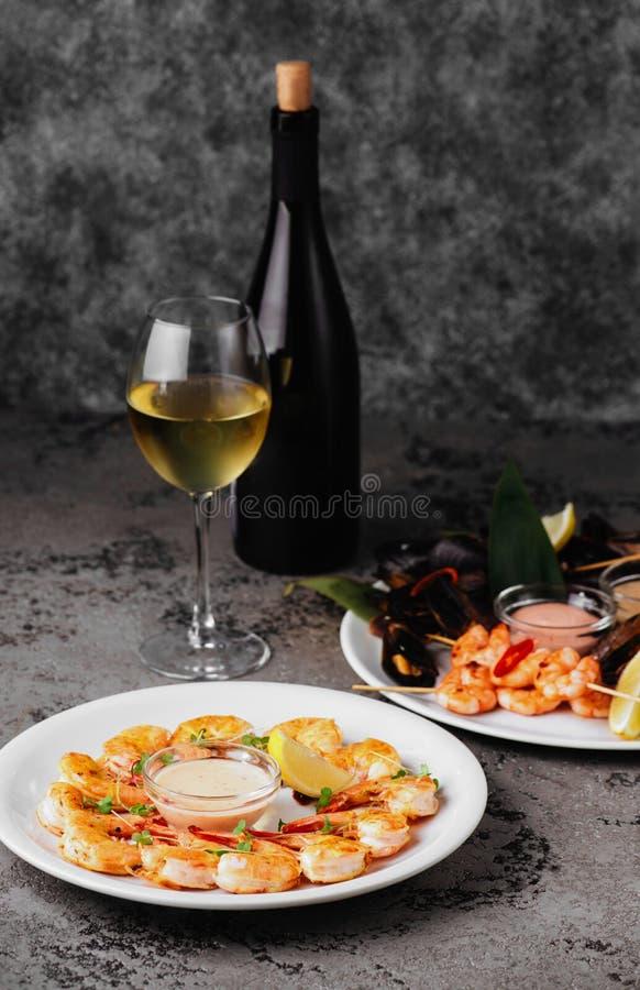 淡菜和虾在石桌上 免版税库存照片