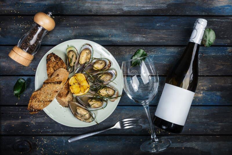 淡菜和面包在一块白色板材敬酒  顶视图 库存照片