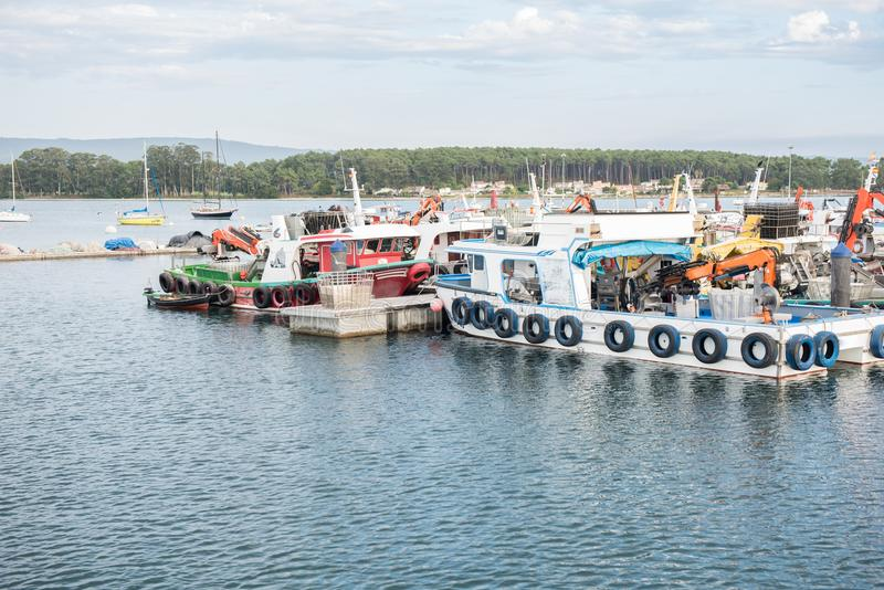 淡菜在奥格罗韦港停住的水产养殖小船  免版税库存图片