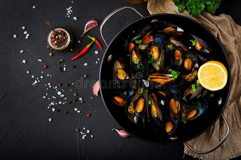 淡菜在酒酱汁烹调了用在煎锅的草本 免版税图库摄影