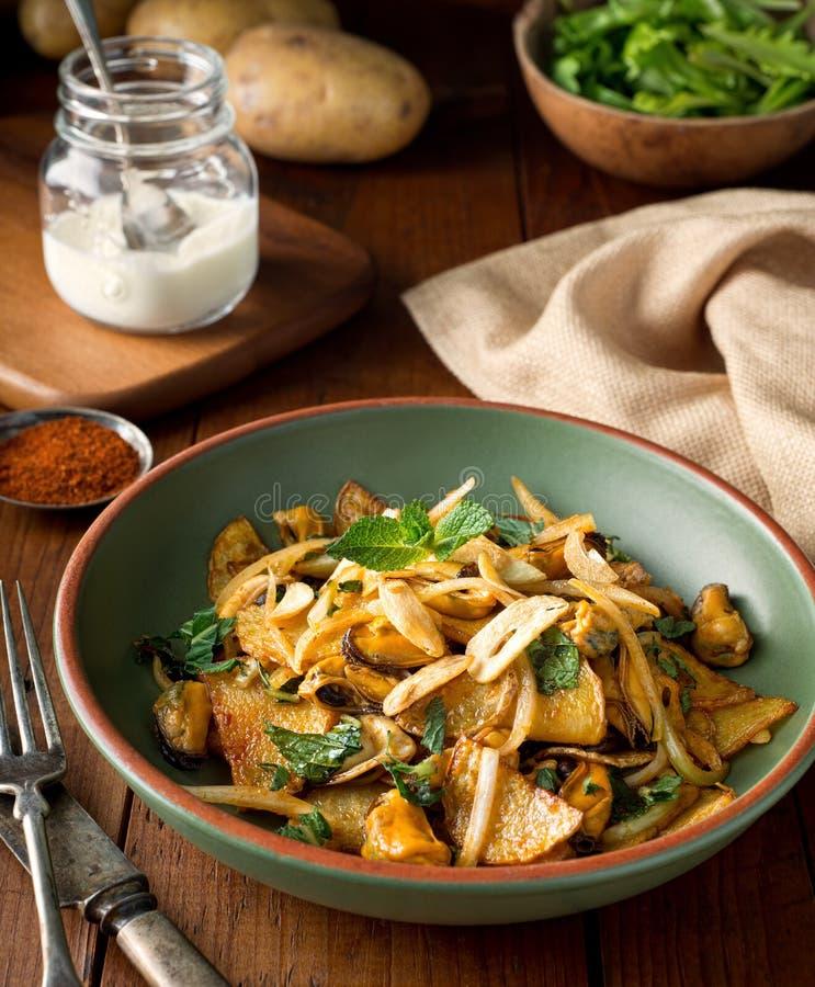 淡菜沙拉用油煎的土豆、辣椒粉和薄菏 免版税库存照片