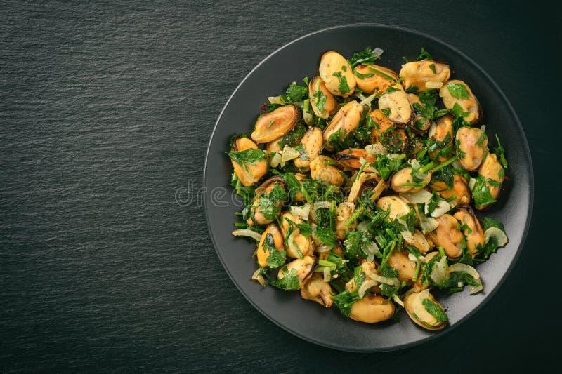 淡菜烹调了用荷兰芹、大蒜和酒 免版税库存图片