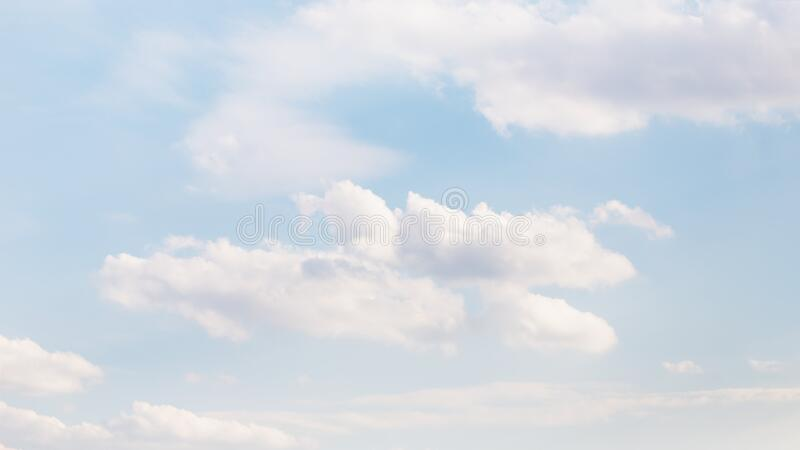 淡蓝天,柔软的云朵,16:9全景格式背景 免版税图库摄影