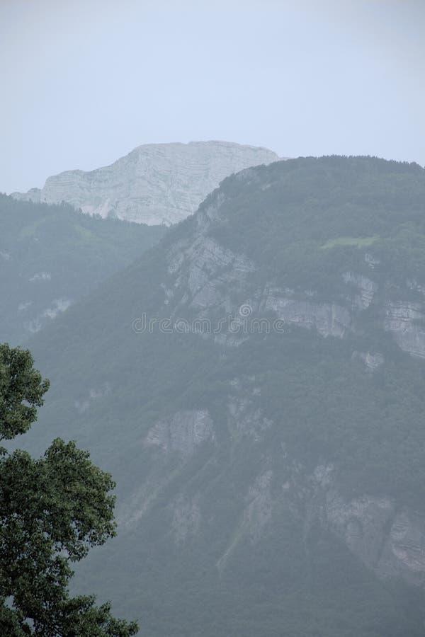 淡黄绿山的看法在阿尔卑斯,伊塞雷,法国 图库摄影