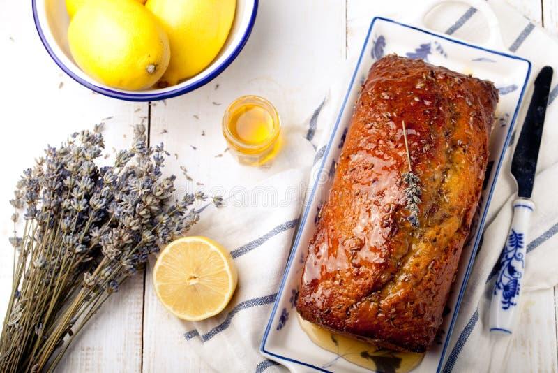 淡紫色、柠檬蛋糕用新鲜的柠檬和淡紫色开花 免版税库存照片