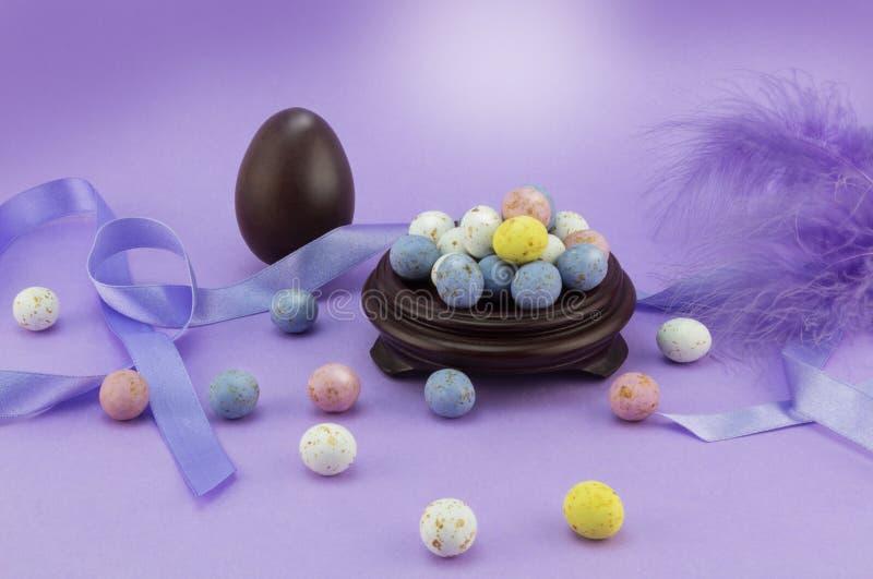淡紫色复活节彩蛋背景用许多有斑点的鸡蛋 免版税库存照片
