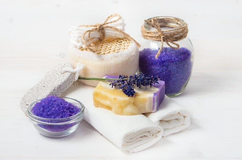 淡紫色手工制造肥皂和辅助部件身体的关心 免版税库存图片