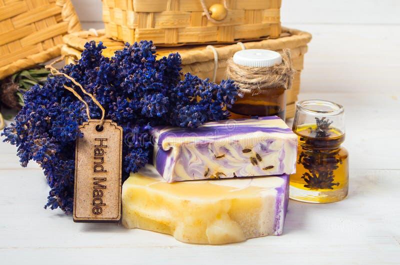 淡紫色手工制造肥皂,油 免版税库存照片