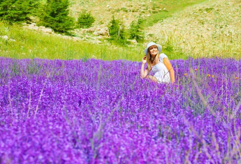 淡紫色草甸的美丽的妇女 免版税库存照片