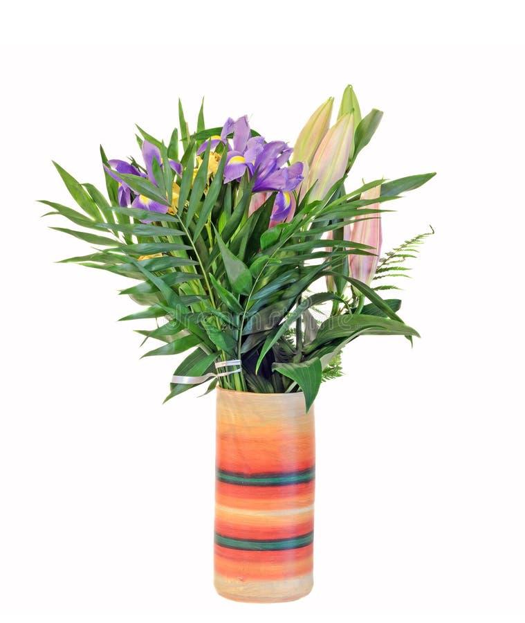 淡紫色虹膜花束开花与在一个充满活力的色的花瓶,植物布置,关闭的百合芽,被隔绝 库存照片