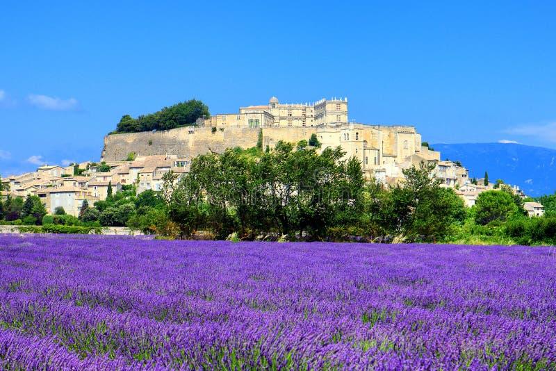 淡紫色领域和格里尼昂老镇  库存照片