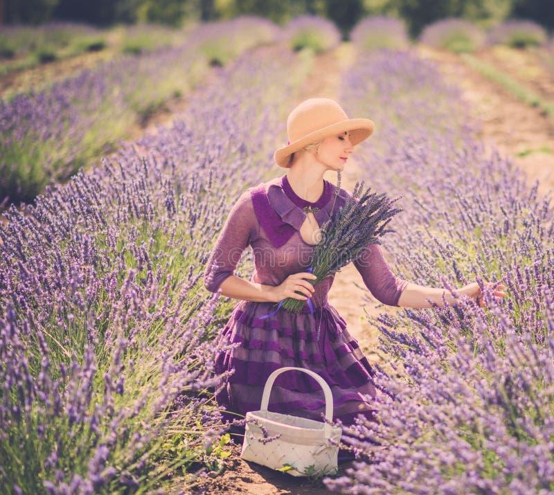 淡紫色领域的妇女 免版税库存图片