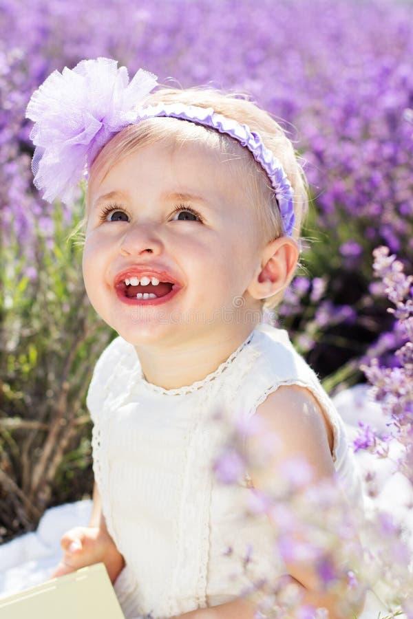 淡紫色领域的美丽的小女孩 库存照片